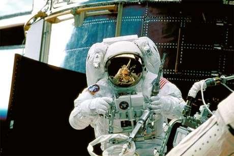 Astronauta Steve Smith trabalha no Hubble durante segunda missão em 1997 (Foto: NASA/ESA)