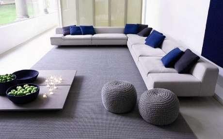 40. Decoração clean e minimalista com puff redondo para sala de estar