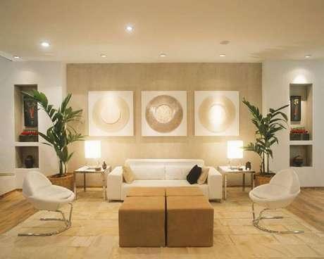 32. Inspiração de decoração de sala de estar com tons neutros e puff utilizado como mesa de centro