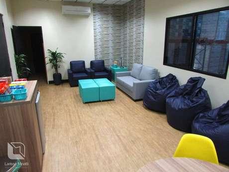 9. Ambiente de descompressão com puff grande para sala e também alguns menores.