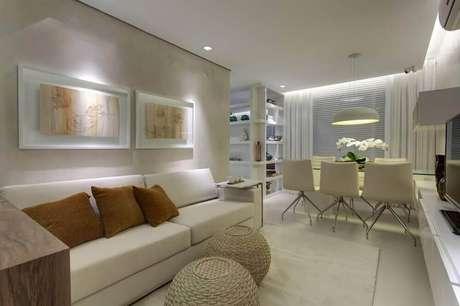 13. Decoração em tons neutros de sala de estar integrada com sala de jantar e puff redondo de rattan