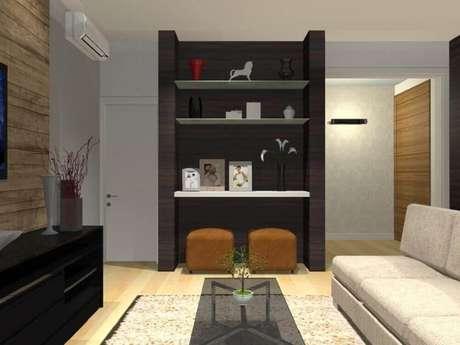 24. Modelo de puff para sala pequena decorada em tons de marrom, bege e preto