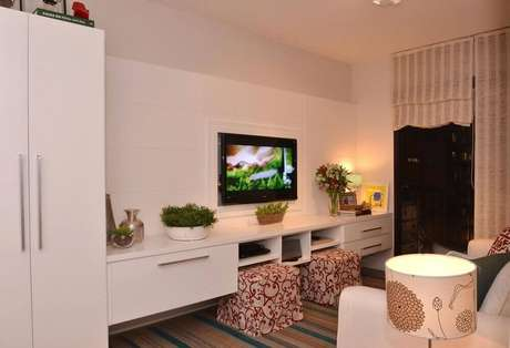 27. Puff estampado para sala pequena com decoração em tons claros