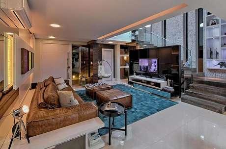 26. Modelo de puff grande para sala combinando com o sofá de couro