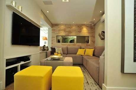 38. Puff para sala de estar pequena em tons neutros com puffs amarelos