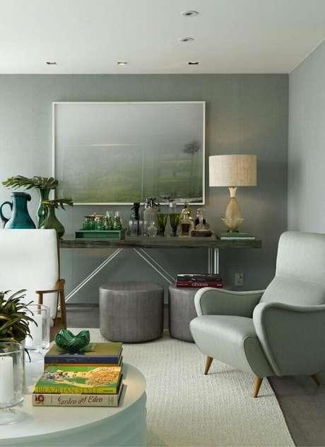 31. Decoração cinza com puff para sala de estar