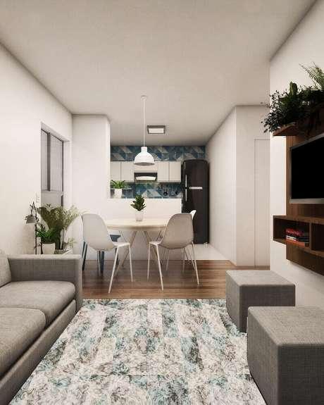 33. Puff para sala pequena com decoração em tons neutros