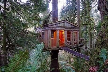 33. Uma casa na árvore com visual bem clássico