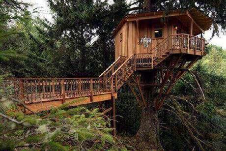 28 – Casa na árvore com escada e ponte.