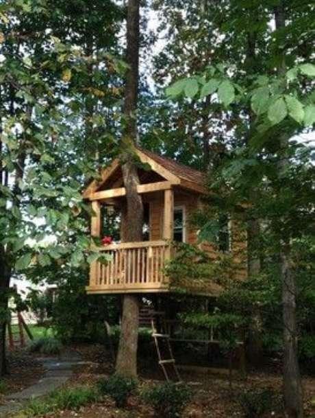 23. Casa na árovre com sacada coberta