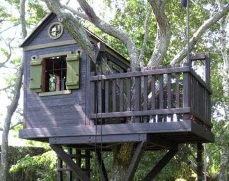 34. Casa na árvore com janela verde
