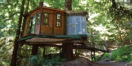 19. Casa com ponte de madeira