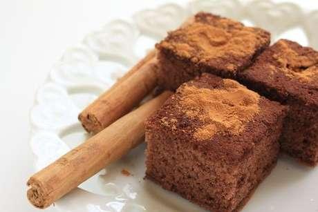 Pedaços de bolo de canela polvilhados com canela em pó