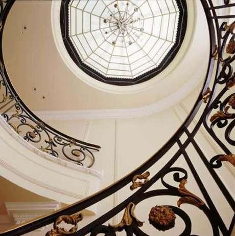 41. Corrimão de escada caracol com design clássico e bonito de ferro