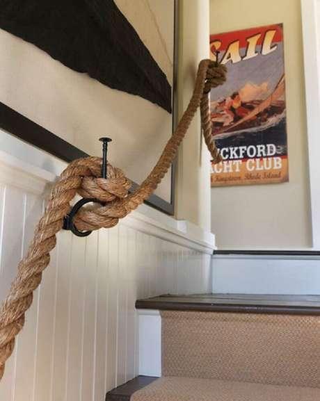 12. O corrimão de escada feito de corda é bem diferente e divertido