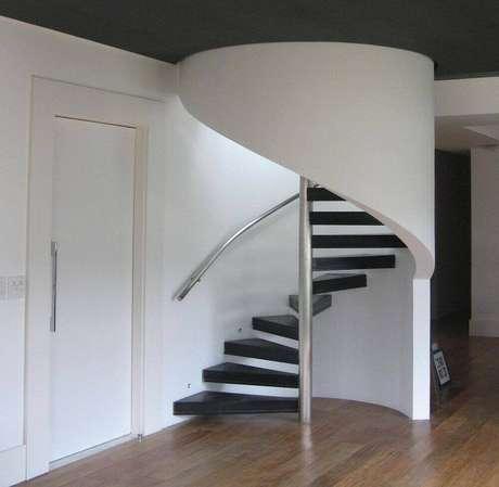 26. Corrimão para escada preta feito de inox