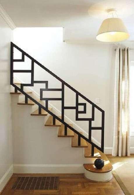 31. Lindo modelo de corrimão para escada de madeira com detalhes geométricos no guarda corpo