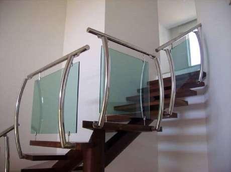 43. Modelo diferente e moderno de corrimão de inox com vidro para escada