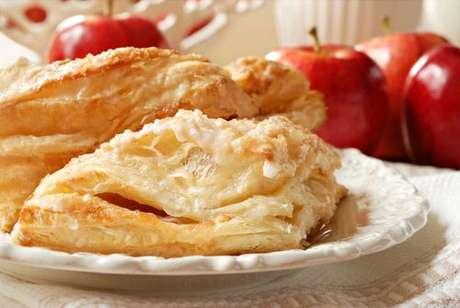 Folhado de maçã servido no prato branco