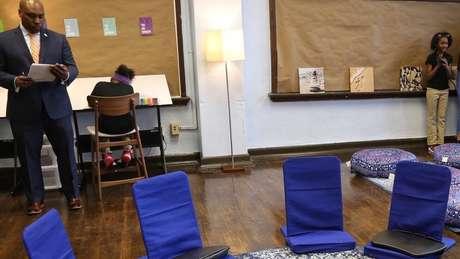 Diretor Brian Johnson com alunas na sala calmante; objetivo é que espaço dê um 'respiro' aos estudantes, para que eles voltem à aula mais concentrados