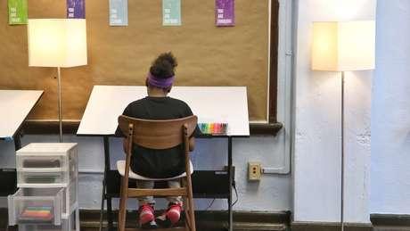 'A pintura e o desenho, por exemplo, permitem que a mente volte a se concentrar. E o espaço de leitura tem almofadas felpudas, cujas texturas trazem conforto, como (sentimos) ao acariciar um cachorrinho'