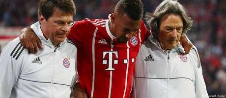 Zagueiro Jérôme Boateng sofre lesão muscular e é auxiliado pelos médicos do Bayern de Munique na saída de campo