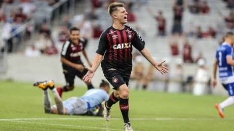 Botafogo perto de acertar com meia do Atlético-PR — Mercado da bola