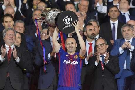 Iniesta levanta o troféu da Copa do Rei conquistada no último sábado sobre o Sevilla (Foto: Lluis Gene / AFP)