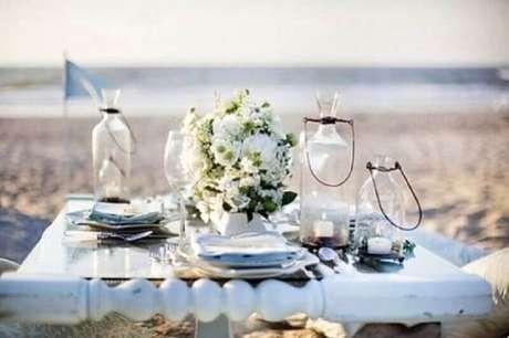 20. As flores brancas são sempre muito utilizadas para criar um ambiente delicado durante o noivado na praia