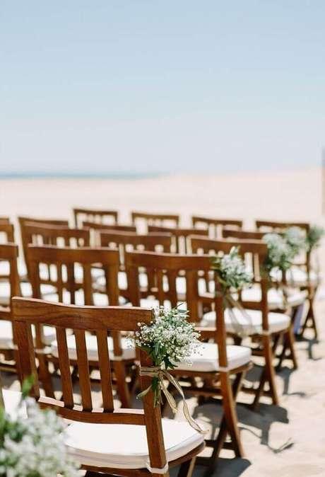 8. Arranjo de flores para uma decoração de casamento na praia simples