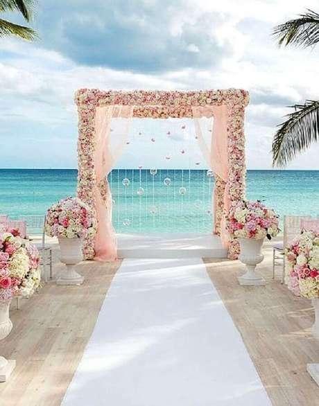 25. Os tons bem claros e delicados ficam super harmoniosos na decoração de casamento na praia simples