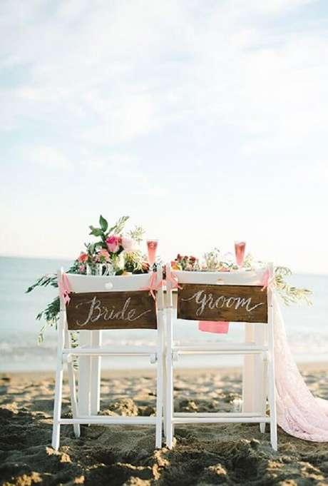18. As cadeiras dos noivos podem ganhar plaquinhas rústicas para incrementar a decoração