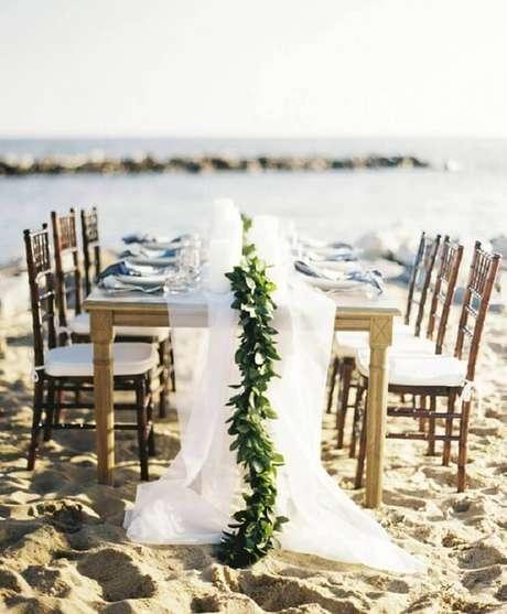 31. Casamento na praia simples com mesa decorada