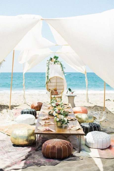 30. Utilize puff para criar um ambiente descontraído no noivado na praia