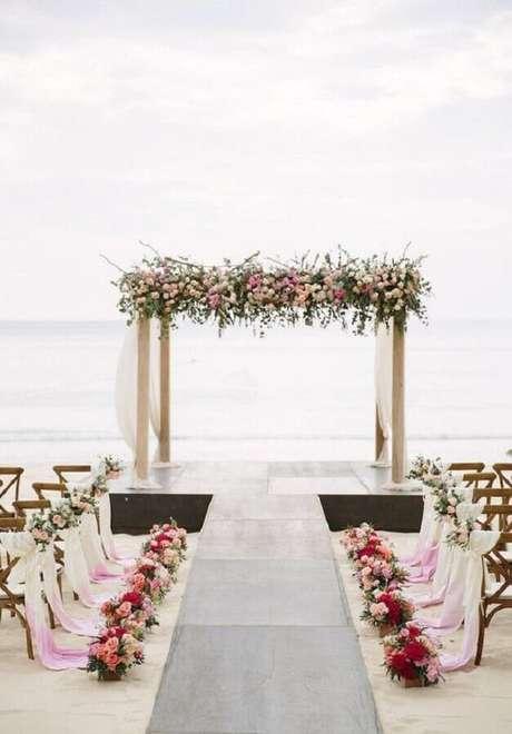 7. Noivado na praia com decoração romântica com vasos de flores