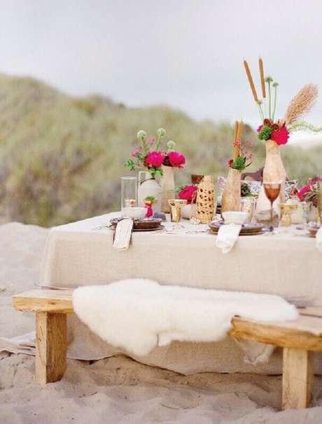 33. Não é preciso usar sempre tons muitos claros na decoração de noivado na praia