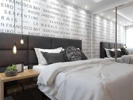 22. Decoração de quarto masculino com papel de parede com nomes de cidades