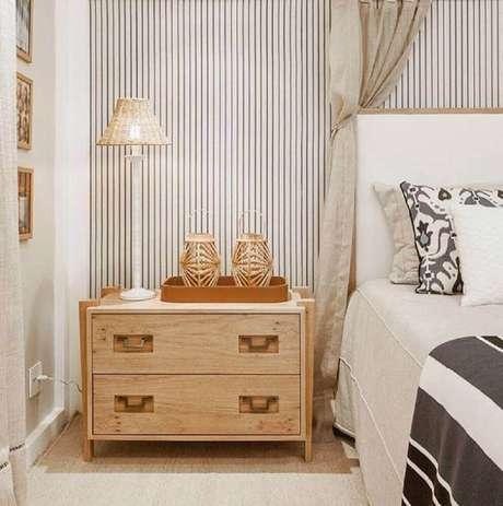 42. A decoração do quarto de casal super delicado ficou ainda mais charmosa com o papel de parede listrado