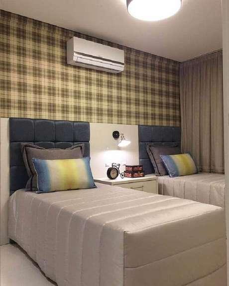 17. Decoração para quarto com papel de parede para quarto masculino com estampa xadrez e cabeceira estofada azul