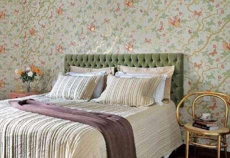 28. O tom de verde na cabeceira estofada entrou super em harmonia com o papel de parede para quarto feminino