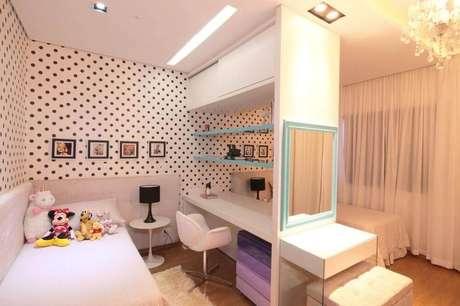 55. O papel de parede para quarto infantil nem sempre precisa ter estampas de criança, os de poá e listrados também ficam lindos