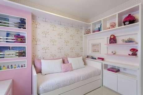 54. Decoração para quarto de menina com papel de parede super delicado com estampa de árvores