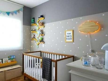 7. Papel de parede para quarto infantil com estampa de poá e decoração neutra em tons de cinza