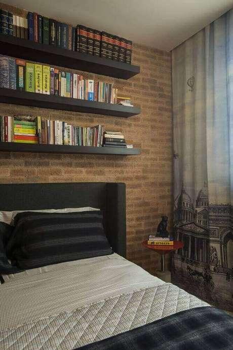 21. O tijolinho no papel de parede para quarto masculino dá sensação de conforto para o ambiente