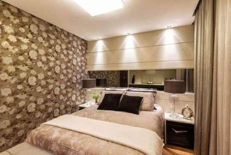 2. Papel de parede para quarto de casal com estampa floral em tons sóbrios
