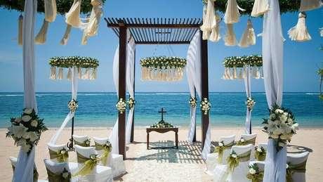 34. Decoração de casamento na praia com flores brancas