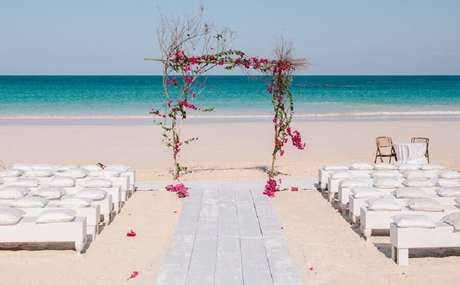 5. Noivado na praia com decoração simples e romântica