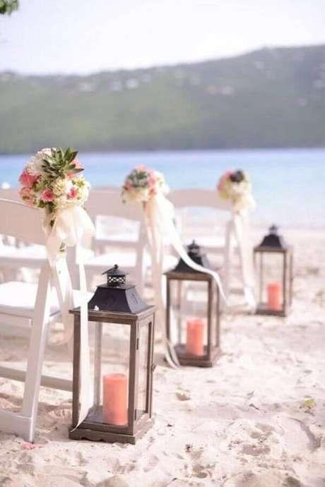 35. Decoração de cerimônia para casamento na praia com luminárias