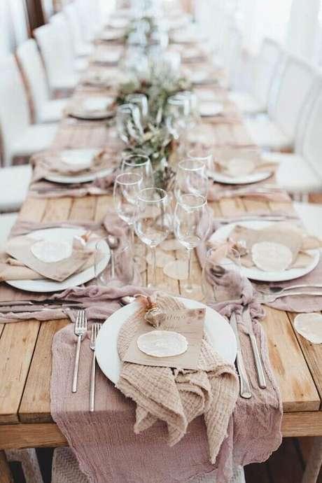 12. Fotos de casamento na praia com mesas decoradas com tecidos rústicos