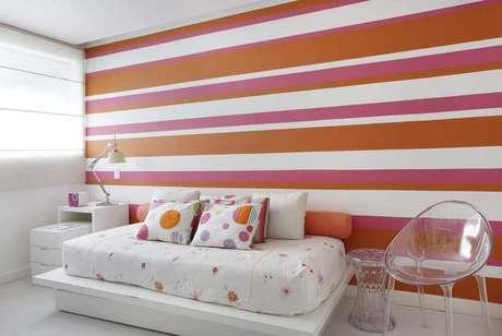 27. O papel de parede listrado também pode ser usado para decorar o quarto feminino